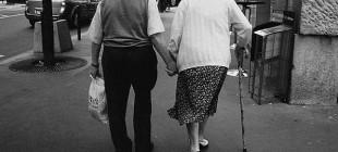 Yaşlı Adamın Kaybettiği 62 Yıllık Eşine Yazdığı ve Kısa Sürede Viral Olan Duygusal Mektup